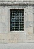Vista frontale di una griglia del metallo sulla finestra Fotografie Stock