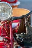 Vista frontale di una motocicletta rossa del veterano fotografia stock