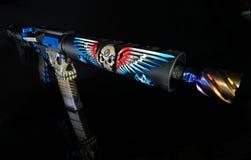Vista frontale di una pistola di abitudine AR15 isolata su HDR nero Fotografia Stock