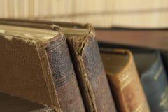Vista frontale di vecchi libri impilati su uno scaffale Immagini Stock