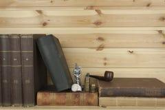 Vista frontale di vecchi libri impilati su uno scaffale Fotografie Stock Libere da Diritti