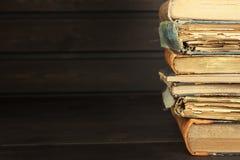 Vista frontale di vecchi libri impilati su uno scaffale Libri senza titolo ed autore Vecchi libri nella biblioteca universitaria  Immagine Stock
