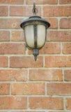 Vista frontale di vecchia lampada sulla parete Fotografia Stock