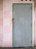 Vista frontale di vecchio portello di legno grigio fotografie stock libere da diritti