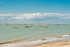 Vista frontale, distanza media dei pescherecci attraccati in Spagna immagini stock