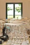 Vista frontale, fine su di una fila dei vetri di vino staccati ad una vigna spagnola nel athe fotografie stock libere da diritti