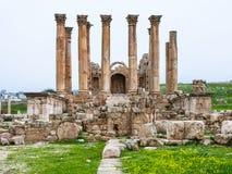 Vista frontale il tempio di Artemide in Jerash nell'inverno Fotografia Stock