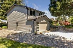 Vista frontale piacevole della casa blu con il garage allegato fotografie stock