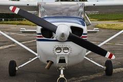 Vista frontale simmetrica dell'aeroplano del Cessna 172 Skyhawk 2 sull'As Fotografie Stock Libere da Diritti