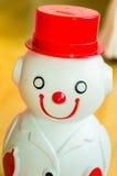 Vista frontale sorridente e d'uso dell'uomo della neve del vestito del porcellino salvadanaio Immagine Stock
