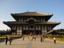 Vista frontale sul tempio di Todai-ji e sulla gente storici, Nara Japan Fotografie Stock