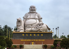 Vista frontale sulla statua di seduta bianca massiccia di Buddha, Vietnam. Immagini Stock Libere da Diritti