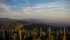 Vista fumosa delle montagne Fotografia Stock