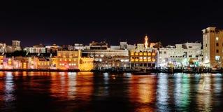 Vista general de Dubai en la noche imágenes de archivo libres de regalías