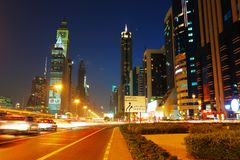 Vista general de Dubai en la noche imagenes de archivo