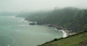 Vista general de la costa de Cantabric con niebla almacen de video