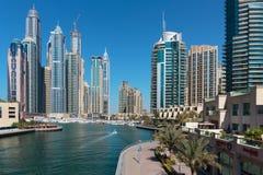 Vista general de la costa en el puerto deportivo de Dubai foto de archivo