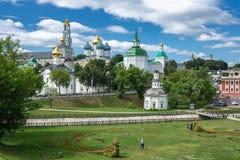 Vista general de la trinidad santa famosa Sergius Lavra, Sergiev fotos de archivo
