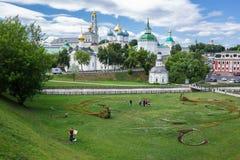 Vista general de la trinidad santa famosa Sergius Lavra, Sergiev imagenes de archivo