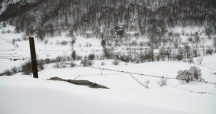 Vista general de un campo cubierto por la nieve en las montañas almacen de metraje de vídeo