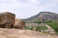 Vista general del complejo del templo de la colina de Vindhyagiri, Sravanabelgola, Karnataka Visión desde la colina de Chandragir Imágenes de archivo libres de regalías