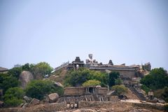 Vista general del complejo del templo de la colina de Vindhyagiri, Sravanabelgola, Karnataka Visión desde la colina de Chandragir Foto de archivo libre de regalías