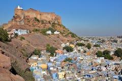 Vista general del fuerte de Mehrangarh y de la ciudad azul de Jodhpur, Rajasthán, la India imágenes de archivo libres de regalías