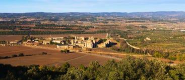 Vista general del monasterio y de la vecindad de Poblet Foto de archivo