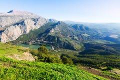Vista general del paisaje de las montañas con la presa Foto de archivo