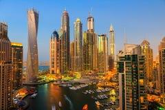 Vista general del puerto deportivo de Dubai en la noche del top imagenes de archivo