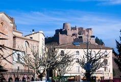 Vista generale del castello di Cardona nel giorno di inverno La Catalogna, Spai Immagine Stock