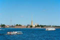 Vista generale del fiume Neva, della fortezza di Paul e di Peter Fotografie Stock Libere da Diritti