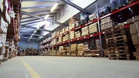 Vista generale del magazzino con le scatole e la mobilia video d archivio