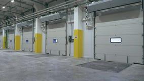 Vista generale del portone automatico dentro il centro vuoto di logistica stock footage