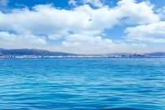 Vista generale dell'isola Balearic di Ibiza dal mare aperto immagine stock libera da diritti