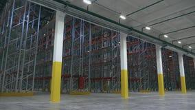 Vista generale dello scaffale dentro il centro vuoto di logistica nel movimento verticale video d archivio