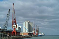 Vista generale di porta con le navi e le gru Immagini Stock Libere da Diritti