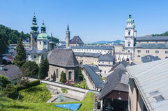 Vista generale di Salisburgo dalla fortezza di Salisburgo funicolare (Festungs Immagine Stock