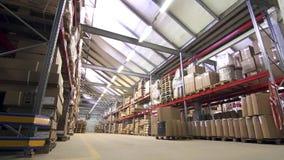 Vista generale di un magazzino commerciale con le merci in scatole archivi video