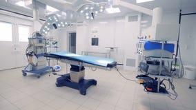 Vista generale di una stanza chirurgica completamente attrezzata Concetto medico di tecnologia archivi video