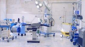 Vista generale di una stanza chirurgica moderna con attrezzatura medica stock footage