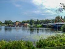 Vista generale sul lago, sul ponte e su Marina Hotel Jeziorak in awa del 'di IÅ in Polonia Fotografia Stock Libera da Diritti