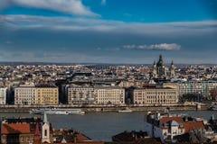 Vista generica e panoramica di Budapest dalla collina di Fishermans fotografie stock