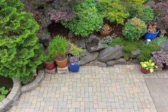 Vista geral ajardinando do pátio do Paver do quintal Foto de Stock Royalty Free
