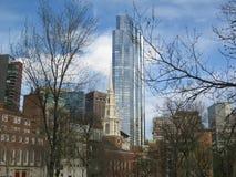 Vista geral através de Boston comum para a igreja da rua do parque, Boston, Massachusetts, Estados Unidos Imagens de Stock