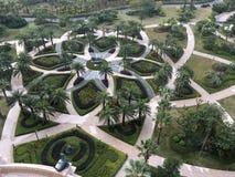 Vista geral bonita mesma do jardim com formulários geométricos foto de stock