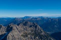 Vista geral bonita sobre as cimeiras de montanhas de Allgau Fotografia de Stock