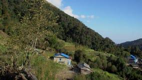 Vista geral da aldeia da montanha tradicional típica situada ao longo do trajeto Trekking nos Himalayas em Nepal video estoque