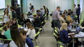 Vista geral da audiência na universidade As equipes dos estudantes estão trabalhando ativamente na tarefa vídeos de arquivo