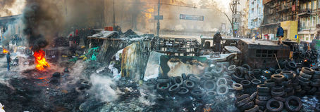 Vista geral da barricada na rua de Hrushevskogo em Kiev, Ukrai Foto de Stock Royalty Free